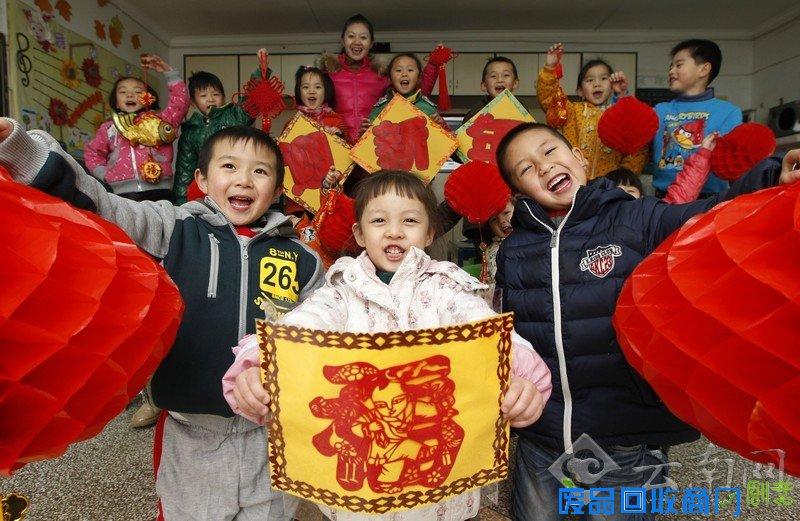 图为 在感受传统文化的氛围里,云南师大幼儿园的孩子们告别2012年,喜迎2013年的到来。 云南网讯(记者 杨峥 摄影报道)12月31日,云南师大幼儿园的孩子们在传统手工制作课上,做灯笼、学剪纸、画喜福,在感受中国传统文化的氛围中告别2012年,喜迎2013年新年的到来。