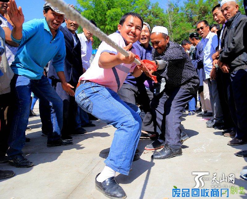 5月28日 ,新疆博湖县本布图镇农民趣味运动会欢乐多,农牧民群众拔河比赛引来一片欢笑。 天山网讯(通讯员年磊 杜雪摄影报道)这是一场新疆博湖农牧民群众的体育盛会,更是博湖各民族团结进步的盛会。5月28日,在新疆博湖县本布图镇文化广场上,一场以民族团结为主题的农牧民群众趣味运动会激情上演,来自该镇7个行政村农牧民群众及访惠聚工作组干部等500余人队参加了比赛,运动会热闹的场景吸引了数百名村民前来观看。 据了解,此次农牧民趣味运动会以民族团结为主题,紧紧围绕民族团结需要、人们思想需